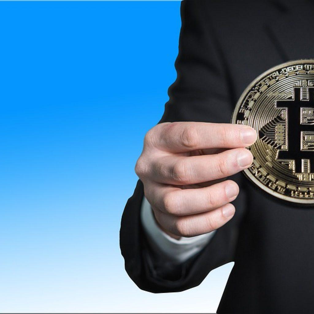 Best Bictoin Trading Bonus_Man Holding Bitcoins